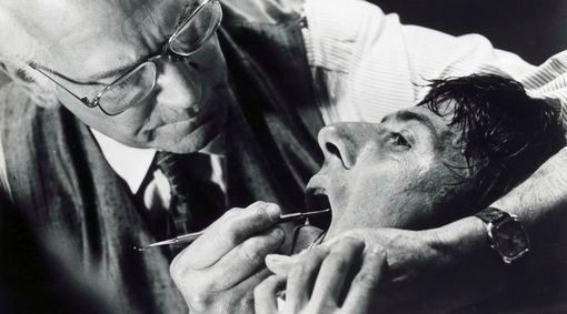 Photo du film Marathon Man représentant Laurence Olivier torturanr avec une fraise Dustin Hoffman Jewpop