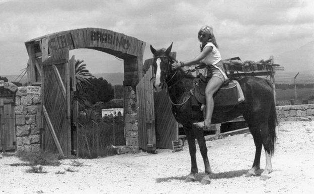 Rina Avivi à cheval Akhziv