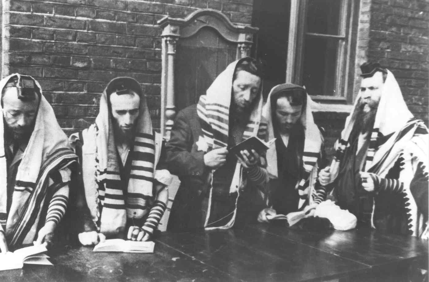 Juifs priant dans le ghetto de Lodz photo de propagande nazie