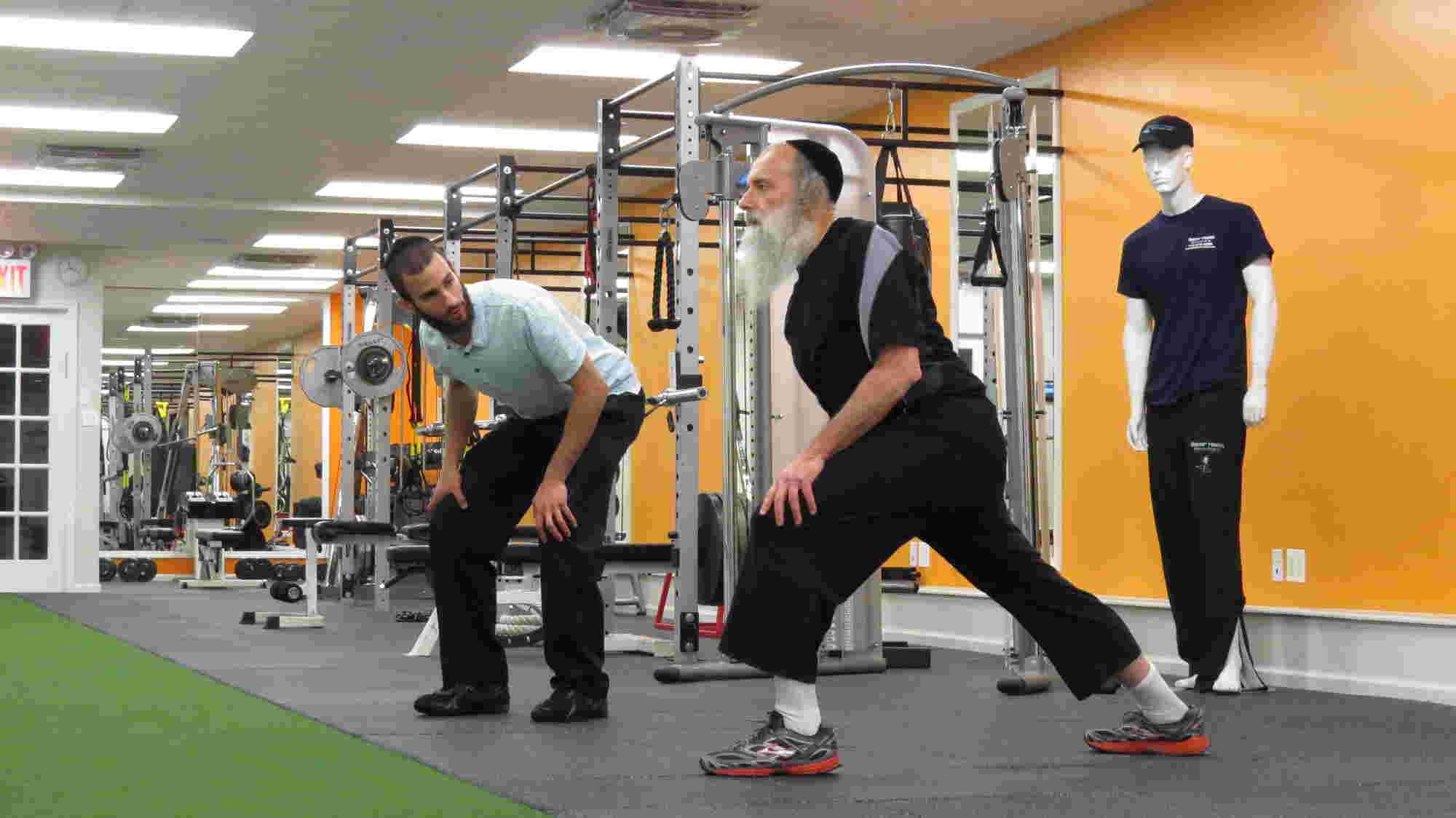 Photo représentant des juifs orthodoxes s'échauffant en Fitness dans une salle de sport