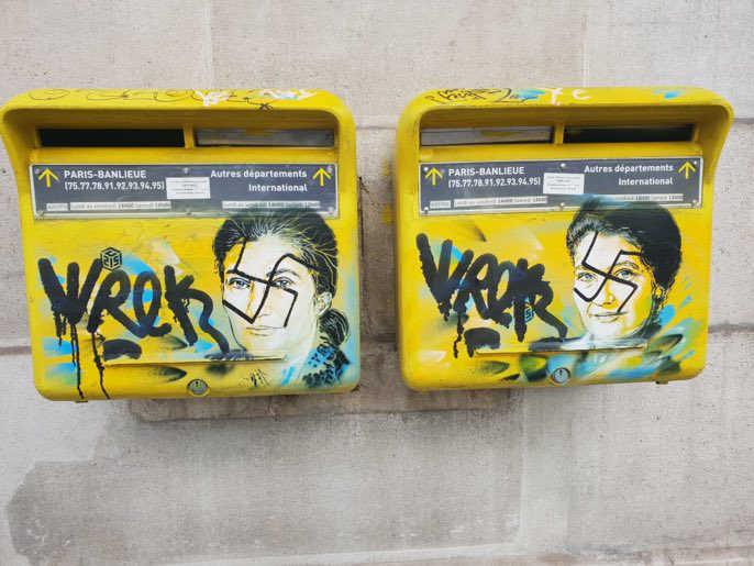"""Photo représentant 2 boites aux lettres de la mairie du 1""""eme arrondissement de Paris à l'effigie de Simone Veil taguées de croix gammées jewpop"""