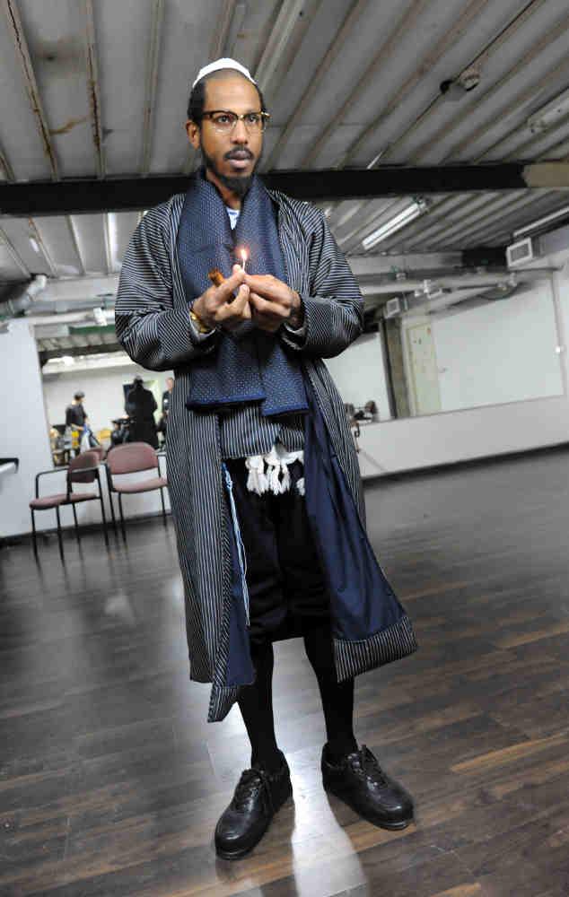 Photo représentant le rappeur Shyne en tenue de juif orthodoxe