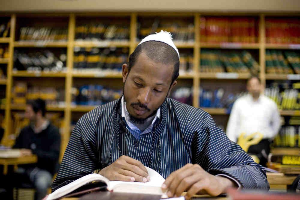Photo représentant le rappeur Shyne étudiant la Torah Jewpop
