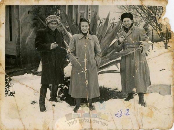 Photo représentant des israéliens à Tel-Aviv sous la neige dans les années 50