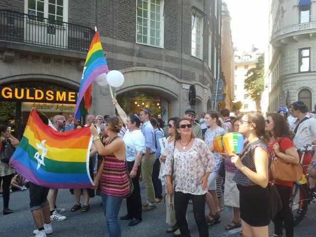 Photo représentant des membres de la communauté juive de Stockholm défilant pour la Gay Pride Jewpop