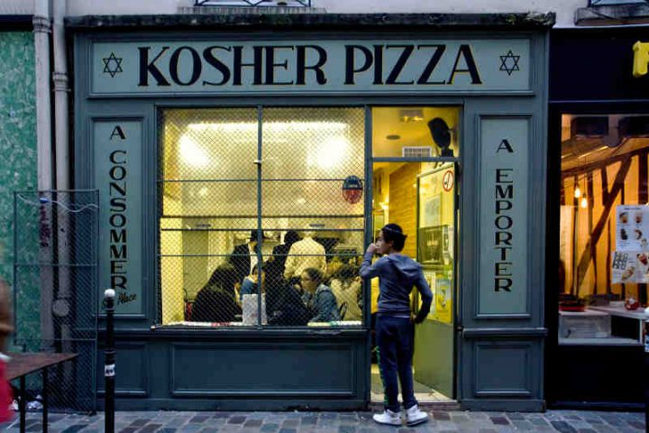 Photo représentant la façade du restaurant Kosher Pizza rue des Rosiers Jewpop