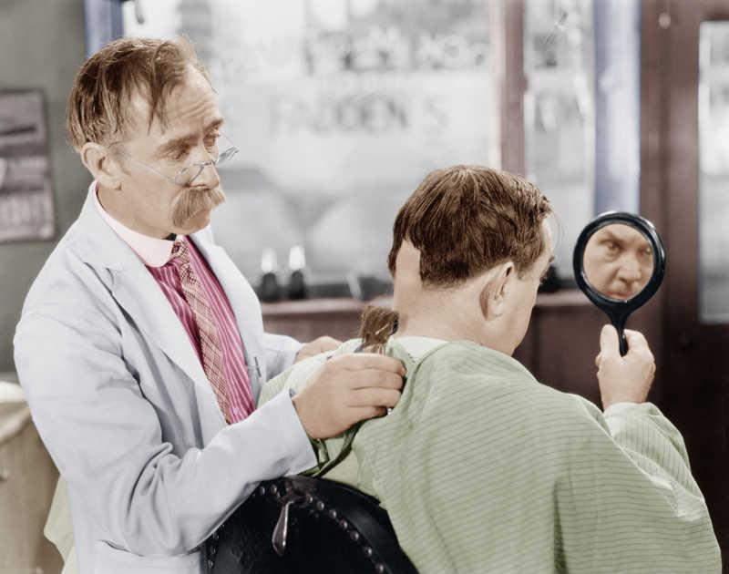 Photo représentant un coiffeur avec une tondeuse Jewpop