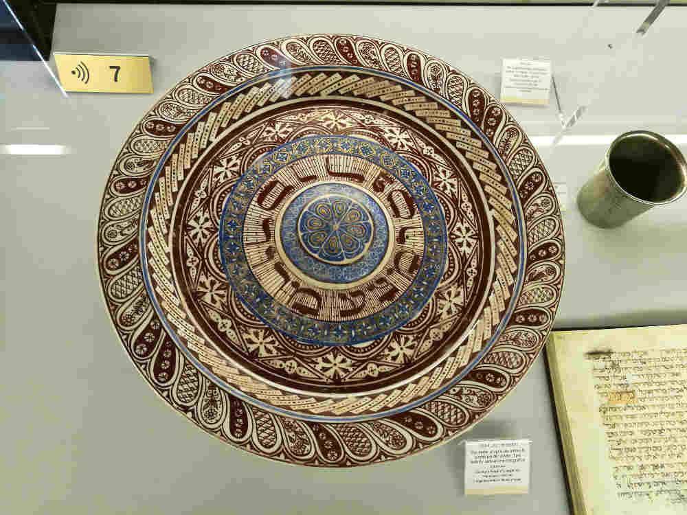 Photo représentant un plat de Pessah musée juif de Gérone Jewpop