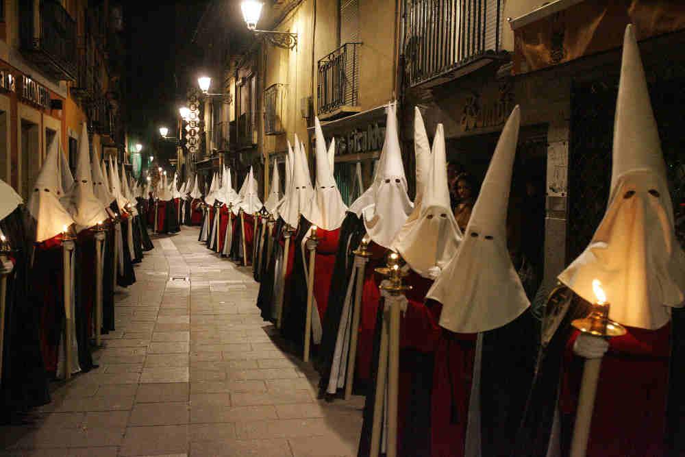 Photo représentant un défilé de la semaine sainte en Espagne Jewpop