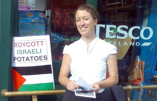 Photo représentant une militante du BDS en Irelande, appelant au boycott de pommes de terre israéliennes