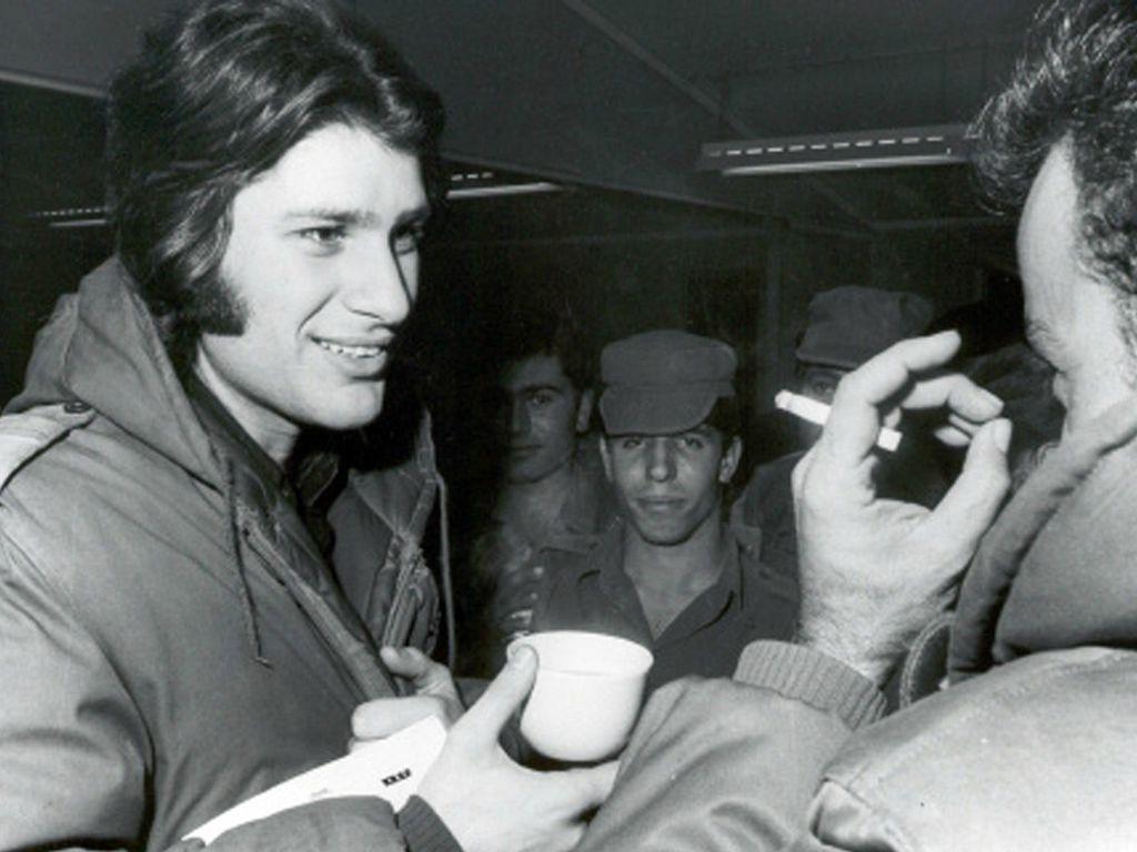 Photo représentant Mike Brant prenant un café avec des soldats israéliens