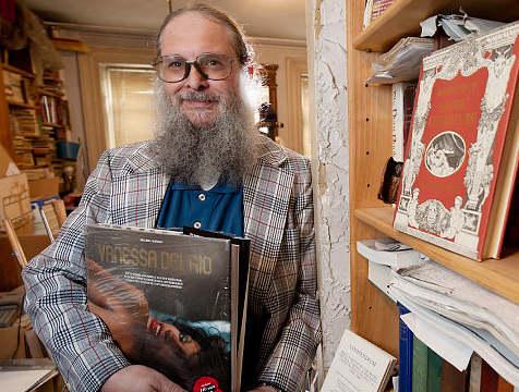 Photo représentant le collectionneur de livres érotiques Clifford Sheiner Jewpop