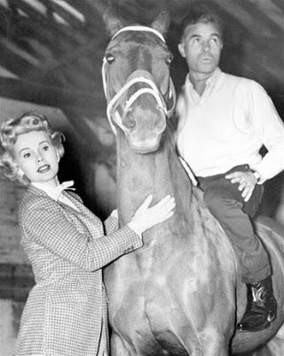 Photo du playboy Porfirio Rubirosa à cheval aux côtés de Zsa Zsa Gabor Jewpop