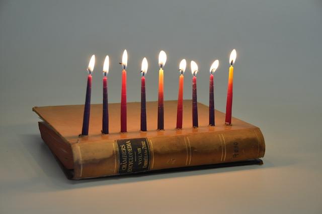 Photo d'un livre avec des bougies fêtes Jewpop