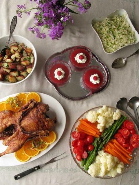 Photo représentant plusieurs plats, canard, pommes de terres, de cuisine juive allemande Jewpop