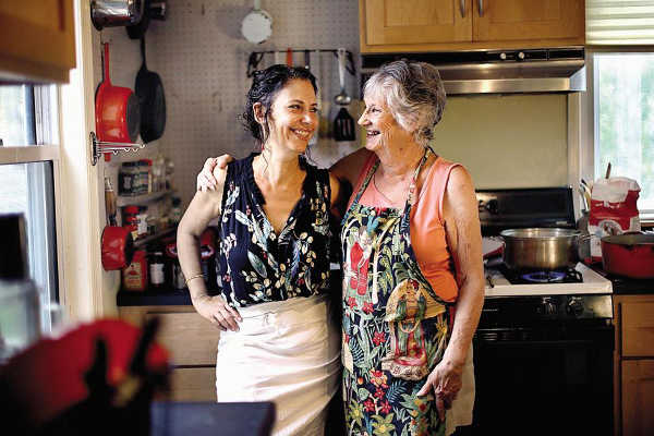Photo représentant Gabrielle Rossmer Gropman et sa fille Sonya en cuisine Jewpop