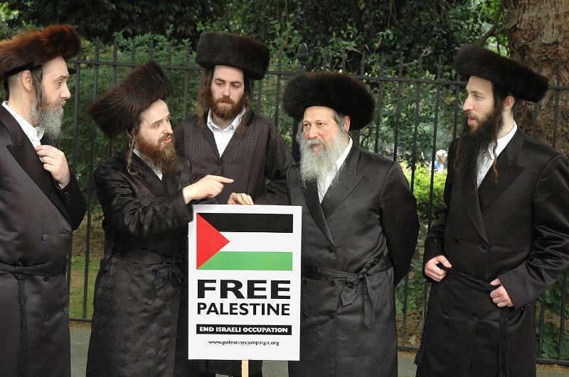Phot représentant des membres de la secte juive Neturei Karta manifestant pour la Palestine Jewpop