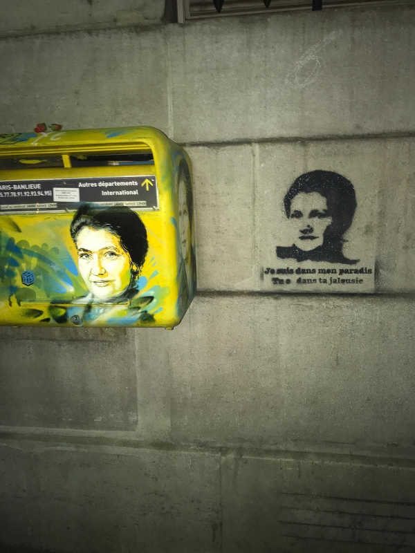 Photo représentant la boîte aux lettre de la mairie du 13eme arrondissement de Paris à l'effigie de Simone Veil et à ses cotés le pochoir de l'artiste Leon Nataf Jewpop