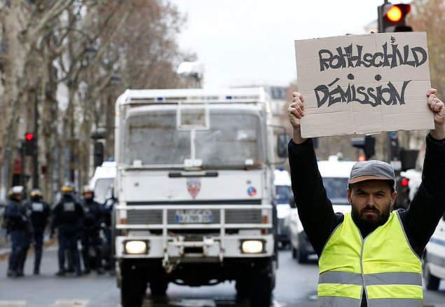 """Photo représentant un Gilet jaune avec une pancarte """"Rothschilddémission"""" Jewpop"""