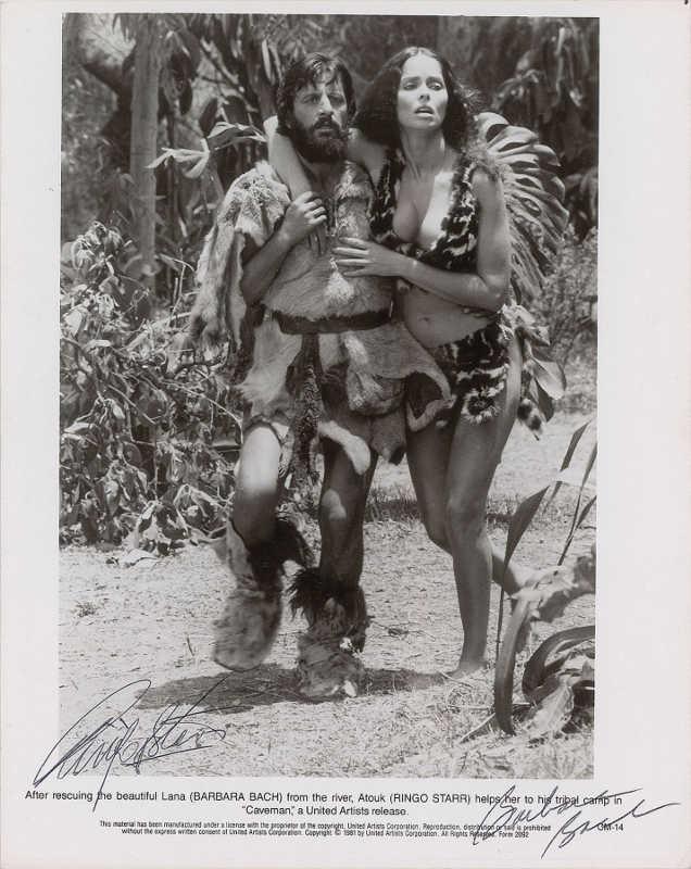 Photo représentant Ringo Starr et Barbara Bach sur le tournage du film Caveman Jewpop