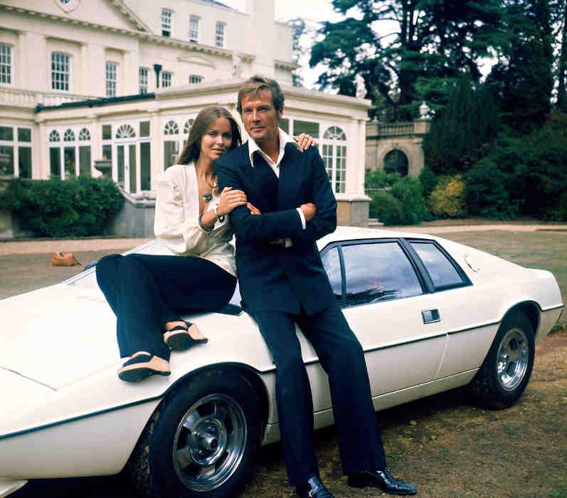 Photo du film L'espion qui m'aimait avec Roger Moore et Barbara Bach Jewpop