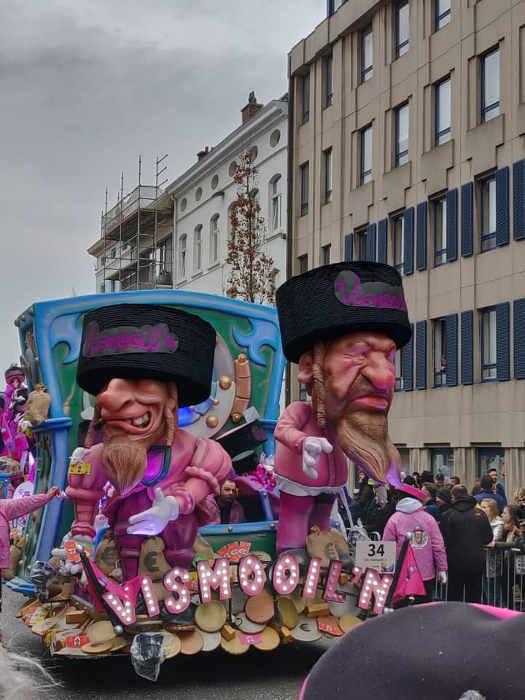 Photo représentant un char avec des personnages de juifs orthodoxes lors du carnaval d'Alost Jewpop
