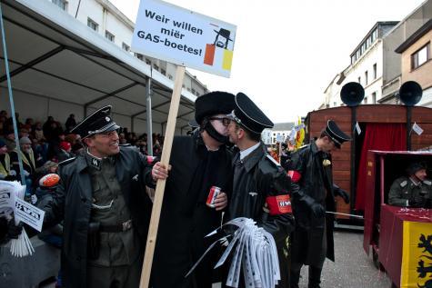 Photo représentant des participants du carnaval d'Alost déguisés en nazis Jewpop