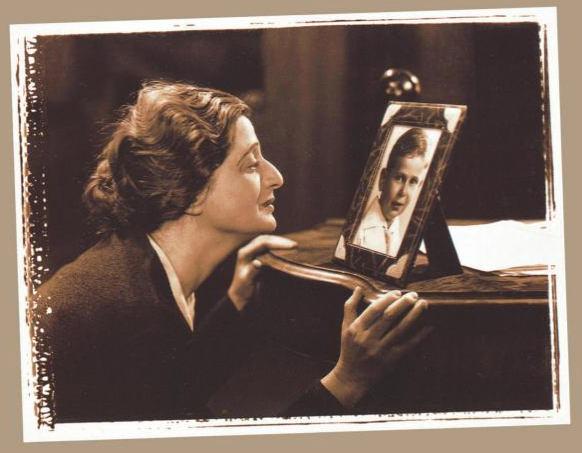 Photo représentant une mère juive en admiration deavnt un portrait de son fils Jewpop
