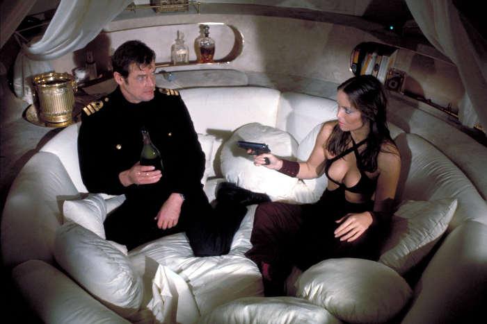 Photo représentant Roger Moore et Barbara Bach dans le film l'Espion qui m'aimait Jewpop