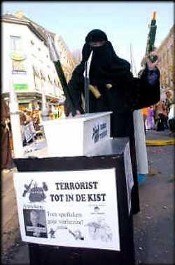 Photo représentant un participant du carnaval d'Alost déguisé en terroriste islamiste Jewpop