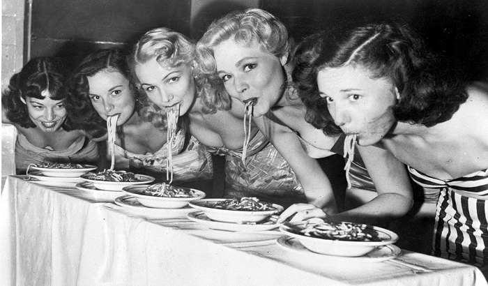 Phot des années 50 représentant un concours de mangeuses de pâtes Jewpop