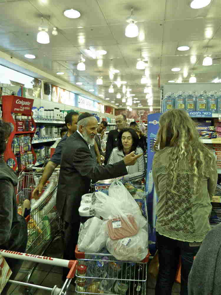 Photo représentant les courses de la fête de Pessah dans un supermarché israélien Jewpop