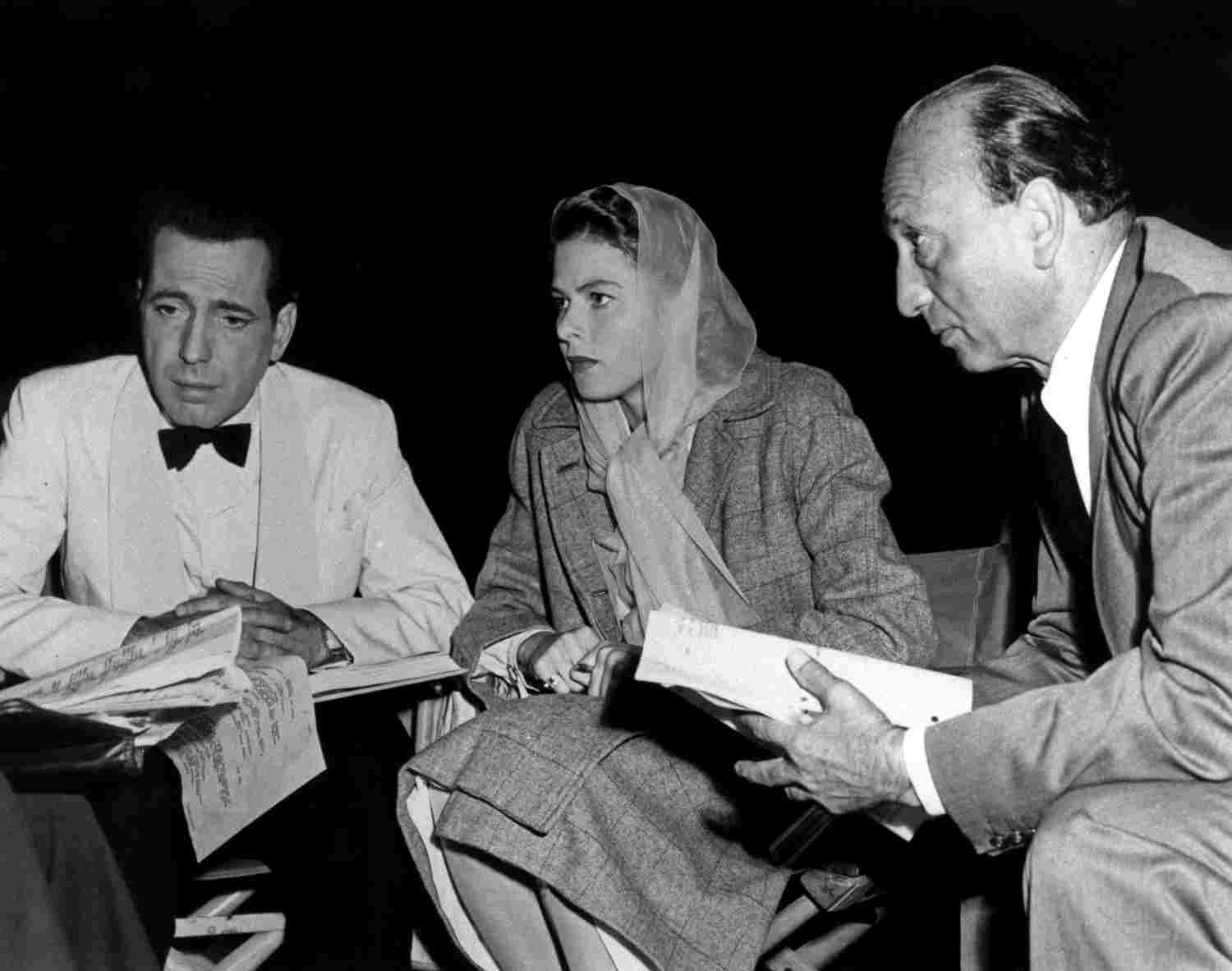 Photo du torunage du film Casablanca figurant Michael Curtiz, Humphrey Bogart et Ingrid Bergman Jewpop