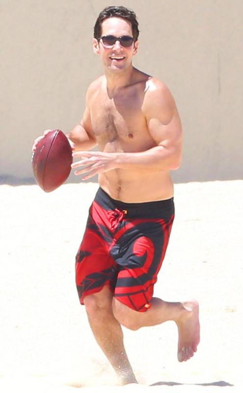 Photo de Paul Rudd jouant au football américain sur la plage Jewpop