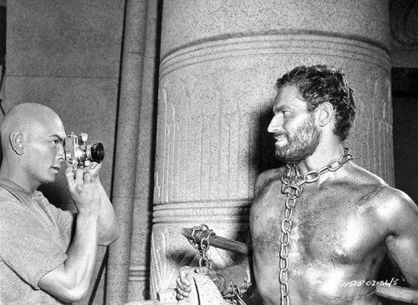 Photo de Yul Brynner photographiant Charloton Heston sur le plateau du film Les 10 commandements Jewpop