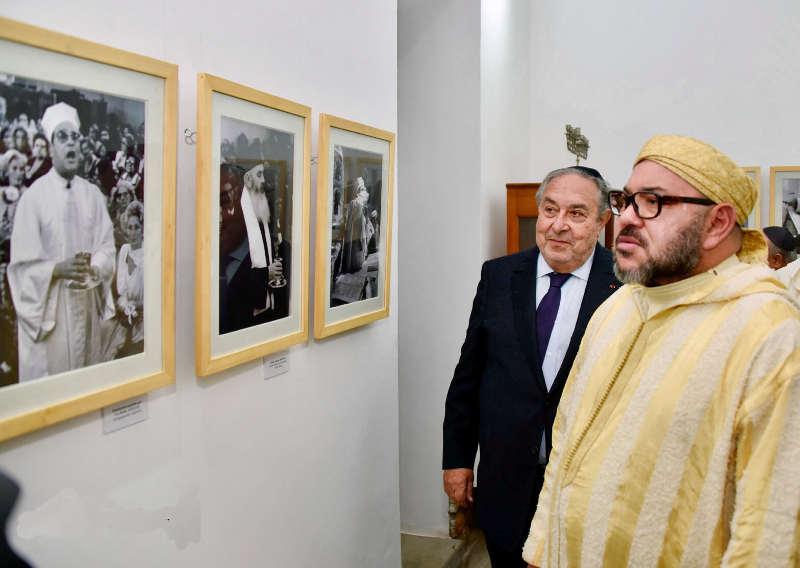 Photo représentant Mohammed VI visitant la synagogue Ettedgui à Casablanca Jewpop