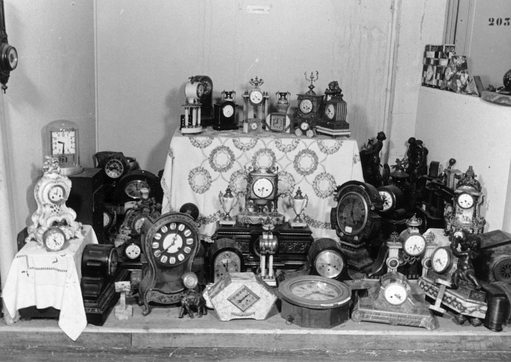 Photo représentant des horloges volées spoliation biens juifs Jewpop