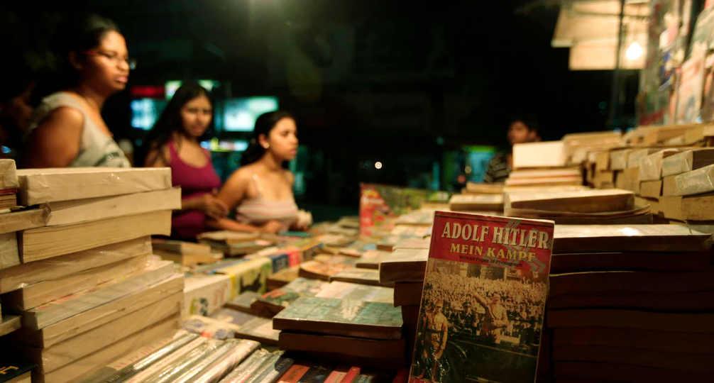 Photo représentant une édition de Mein Kampf de Hitler en vente sur un étal de livres en Inde Jewpop