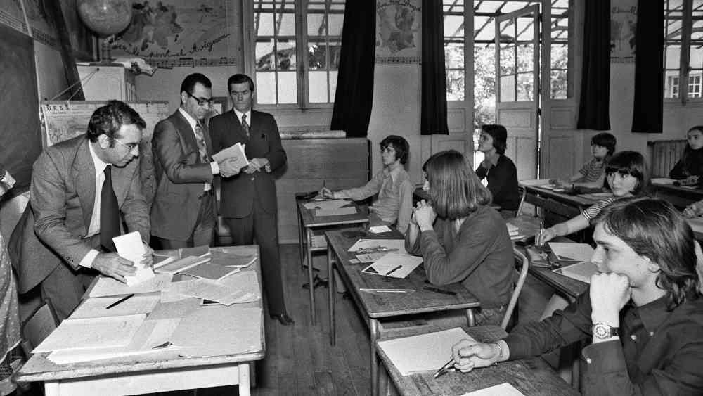Photo représentant une salle d'examen du bac dans les années soixante Jewpop