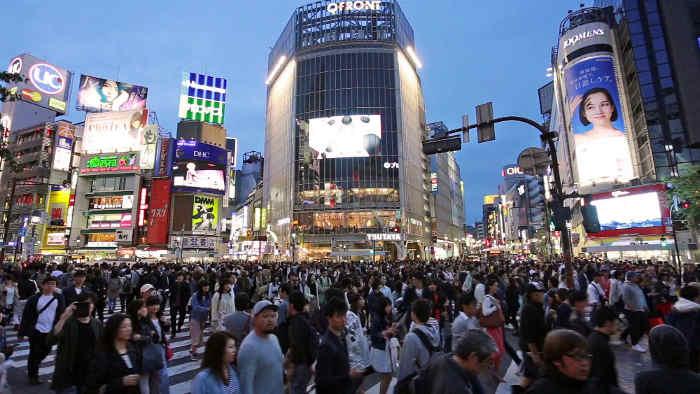Photo d'une foule traversant une place dans le quartier de Shibuya à Tokyo Jewpop