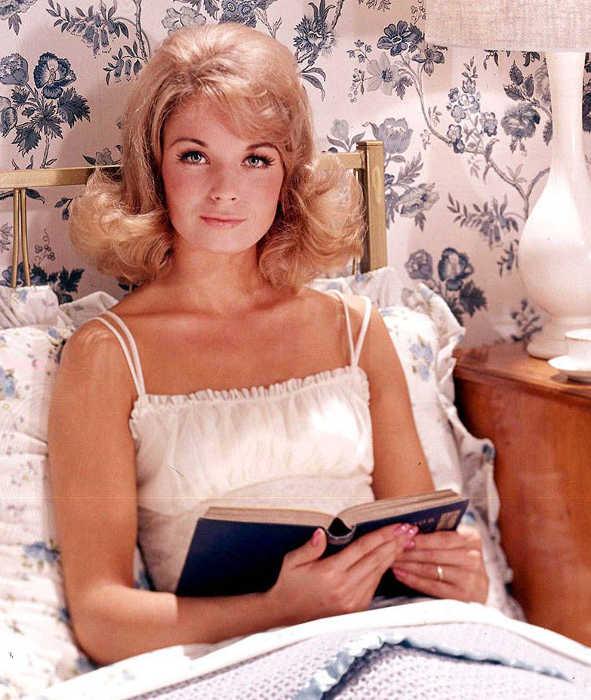 Photo représentant une jeune femme en train de lire au lit sélection livres été Jewpop