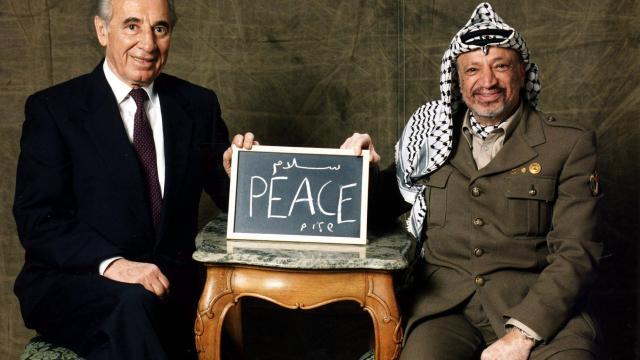 Photo représentant Shimon Peres et Yasser Arafat après la signature des accords d'Oslo Jewpop