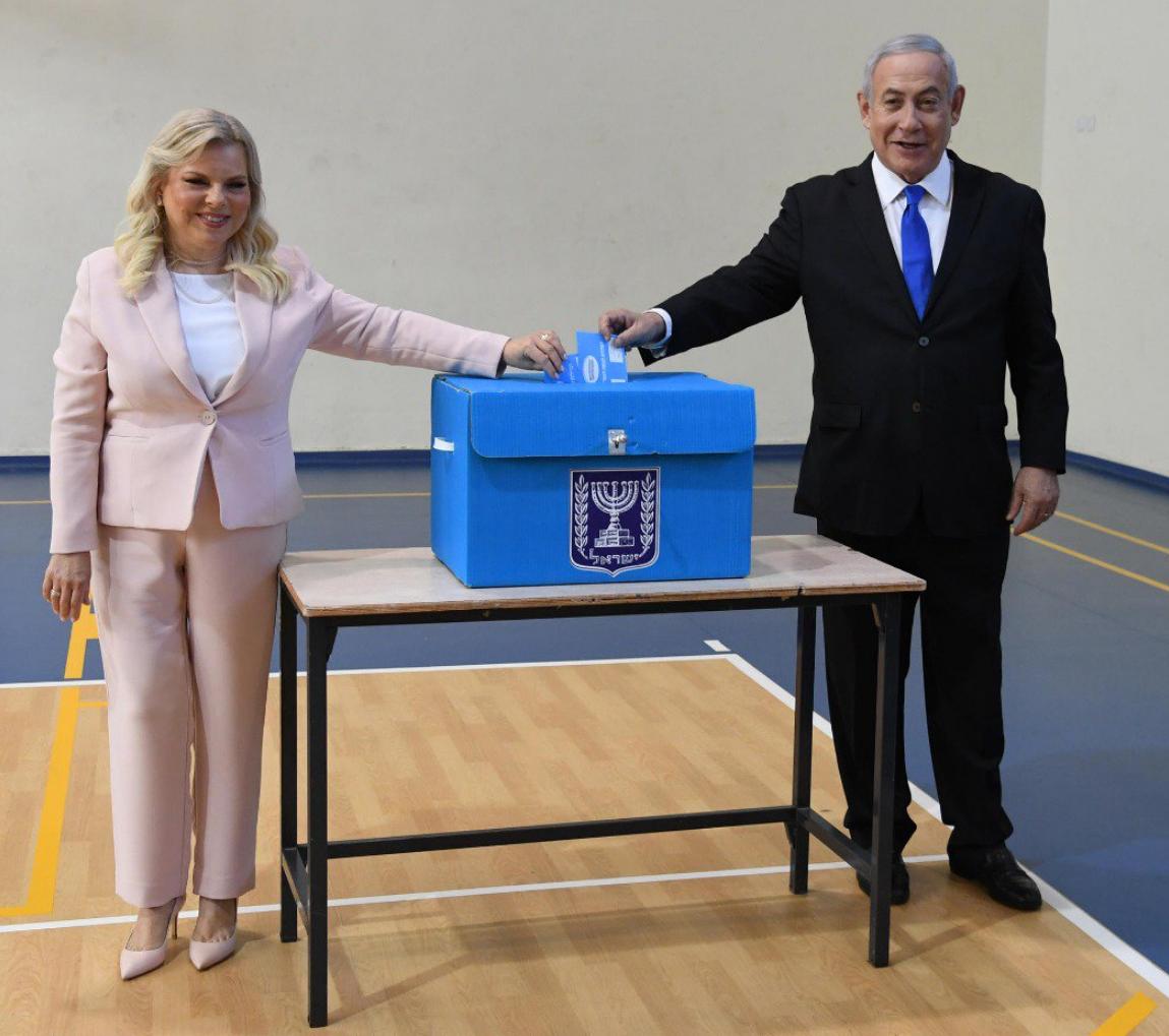 Photo de Netanyahou et son épouse dans un bureau de vote élections israéliennes Jewpop