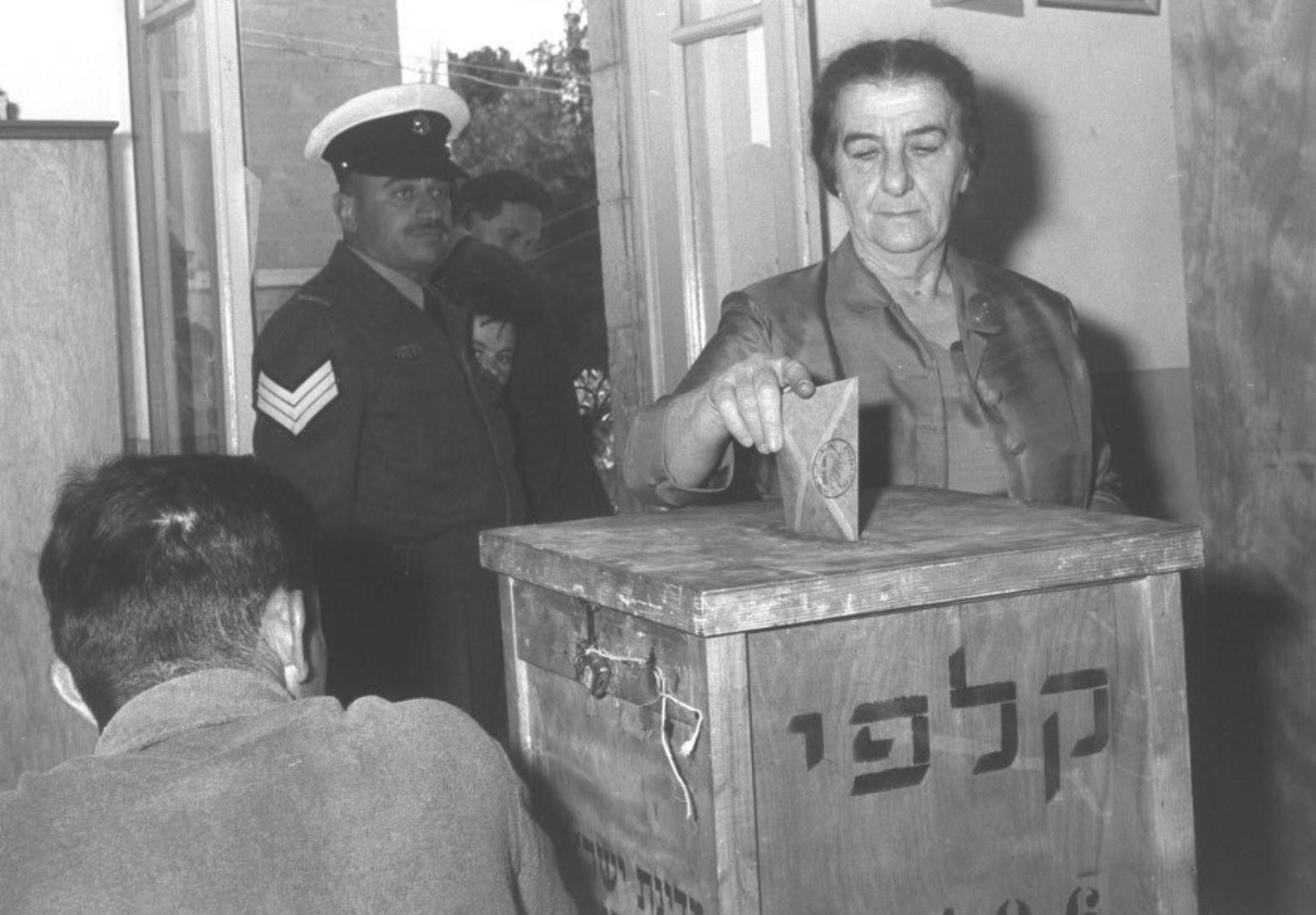 Photo représentant Golda Meir dans un bureau de vote élections israéliennes Jewpop