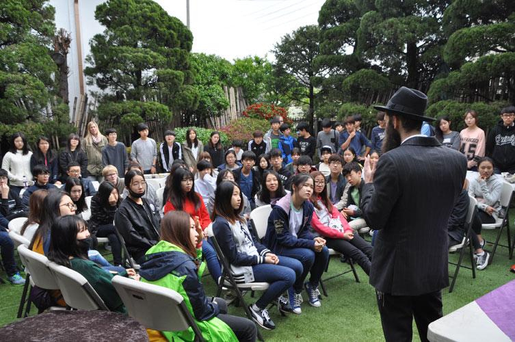 Photo représentant le rabbin Ofer Litzman donnant un cours à des jeunes Coréens à Séoul Jewpop