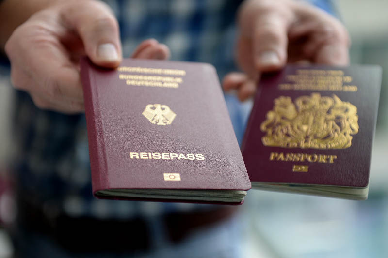 Photo d'un passeport allemand et d'un passeport anglais Jewpop