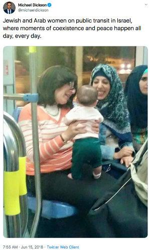 Photo représentant deux femmes juives et arabes dans un bus en Israël Jewpop
