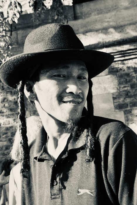 Photo d'un homme avec chapeau de Hassid Parris Plage Jewsalsa Jewpop
