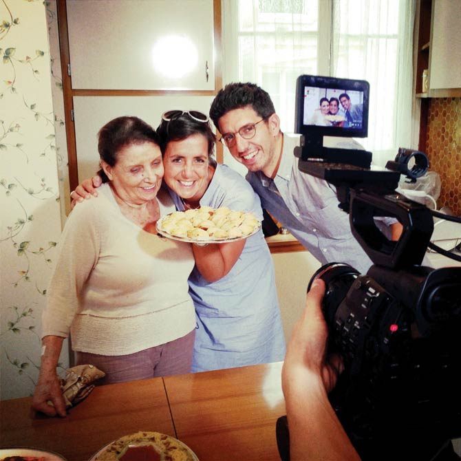 Photo de Jonas Parienté avec sa mère et sa grand-mère Nano Jewpop