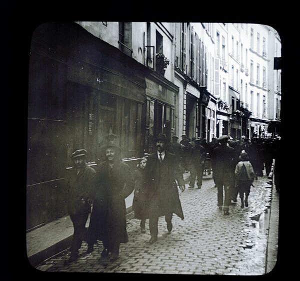 Photo représentant des hommes marchant rue des Rosiers avant-guerre Mahj Jewpop